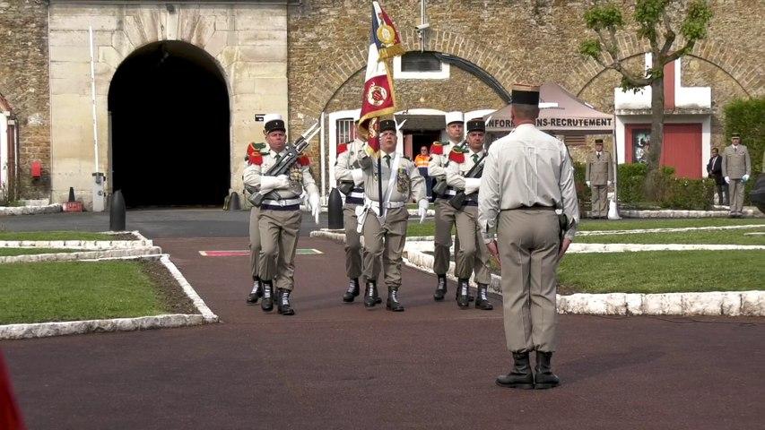 Arrivée du drapeau du Groupement du Recrutement de la Légion étrangère  à Paris