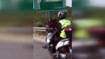 Trafikte bacak bacak üstüne atarak ilerleyen motosiklet sürücü kamerada