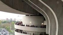 L'escalier en spirale d'un stade donne l'impression de tourner (Illusion d'optique)