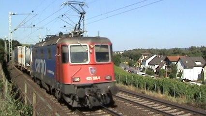 Züge bei Hattenheim am Rhein, SBB Cargo Re421, MRCE 182, 2x 185, 3x 427, 5x 428
