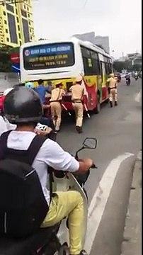CSGT đẩy xe buýt dưới trời nắng tại Hà Nội