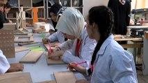 Kadın öğretmenler öğrencilerine oyuncak yapabilmek için marangoz oldu- Ellerine tahta kesme makinesi ile matkap alan bayan öğretmenler öğrencileri için oyuncak yaptı- Hafta içi derse veren öğretmenler hafta sonu is...
