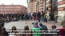 Fac de Toulouse évacuée: les étudiants en AG place du Capitole