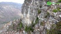 Il escalade cette montagne sans habit et sans corde