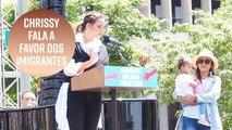 Chrissy Teigen faz discurso em favor dos imigrantes nos EUA