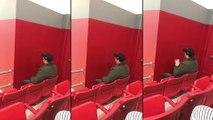 Un mec regarde le match avec attention