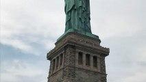 Fête nationale américaine : une manifestante anti-Trump sur la statue de la Liberté