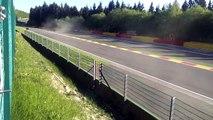 Belgique : Une voiture de course s'envole sur une dizaine de mètres dans un virage !