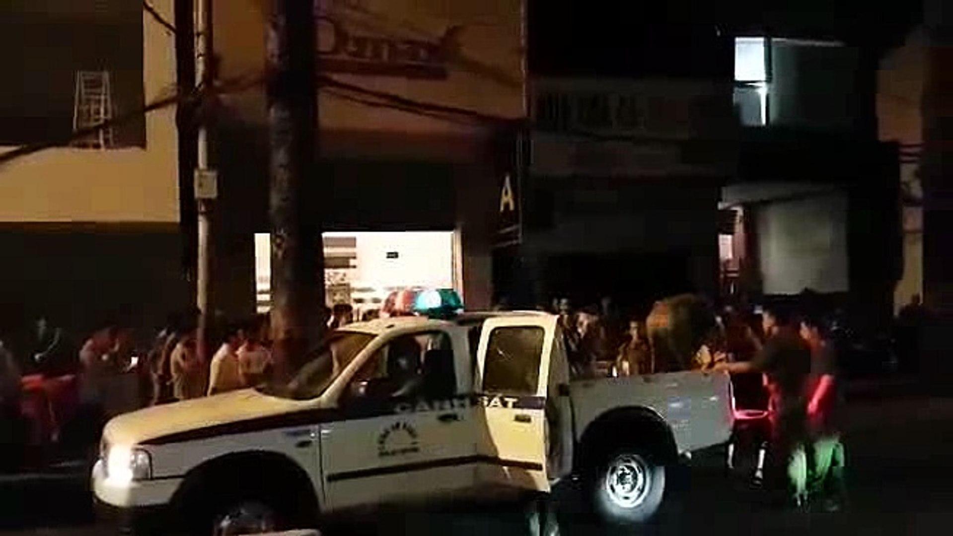 Hàng trăm cảnh sát ngăn đường đột kích nhà hàng thác loạn Dmax