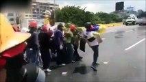 Ces manifestants au Venezuela vont goutter à la puissance du canon à eau de la police !
