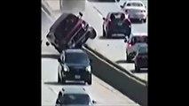 Un chauffard se retrouve au milieu d'une autoroute et défonce tout les lampadaires