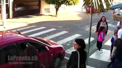 Une maman fligue un braqueur