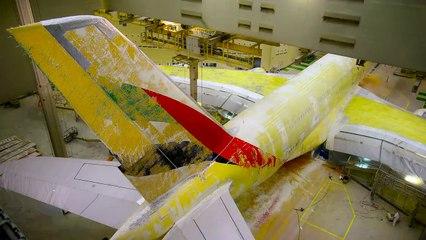 فيديو مسرّع لعملية إعادة طلاء الطائرة العملاقة Airbus A380 التابعة لطيران الإمارات