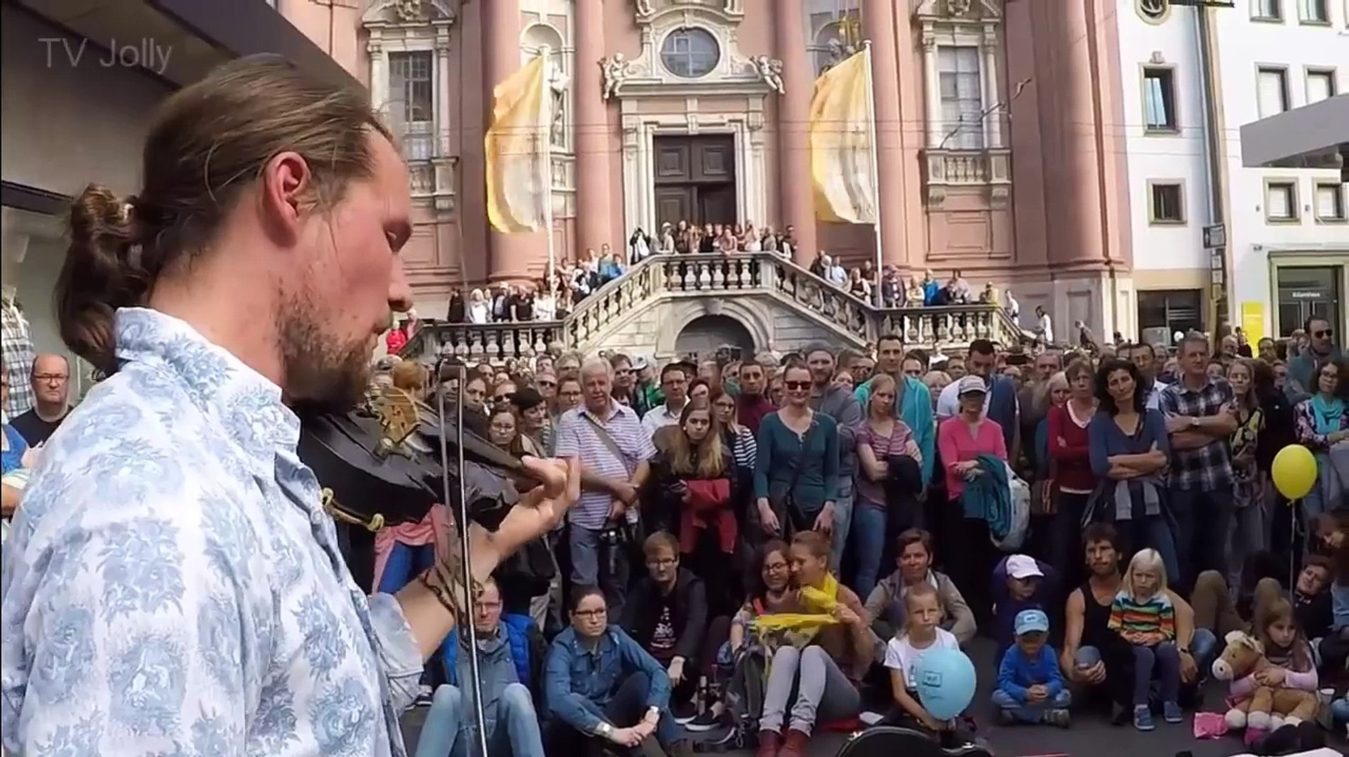 AMAZING Violinist Street musician! I Think That You Must See