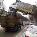 Ce camion vient chercher un autre camion, regardez comment il va le charger!