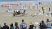 Perros-Guirec (22). Saut d'obstacles sur la plage de Trestraou !