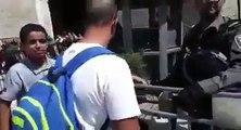 #_شاهد | طفل فلسطيني يتحدى جنود الاحتلال ويدخل إلى المسجد الأقصى رغما عنهم عند باب العامود. #القدس_عاصمة_فلسطين