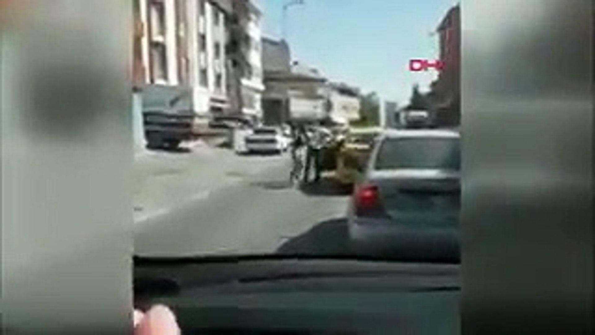 Taksi şoförü, kadın yolcuyu bacağından tutup dışarıya attı!