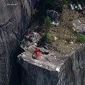 مردی که طناب های پاراشوت اش در یک صخرۀ بلند د
