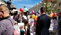 Tartu Tamme Kooli laste vanemad protestivad Raekoja platsil õhtuste vahetuste vastu Loe lähemalt
