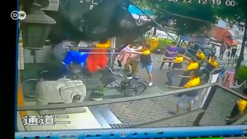 Câmeras registram salvamento de menino que caiu de prédio na China