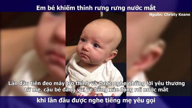 """Em bé khiếm thính rưng rưng nước mắt khi lần đầu được nghe tiếng mẹ gọi """"Con yêu ơi!"""""""