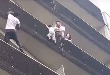 Un homme sauve un enfant suspendu dans le vide