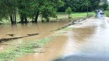 Une rivière de boue à l'entrée de la commune
