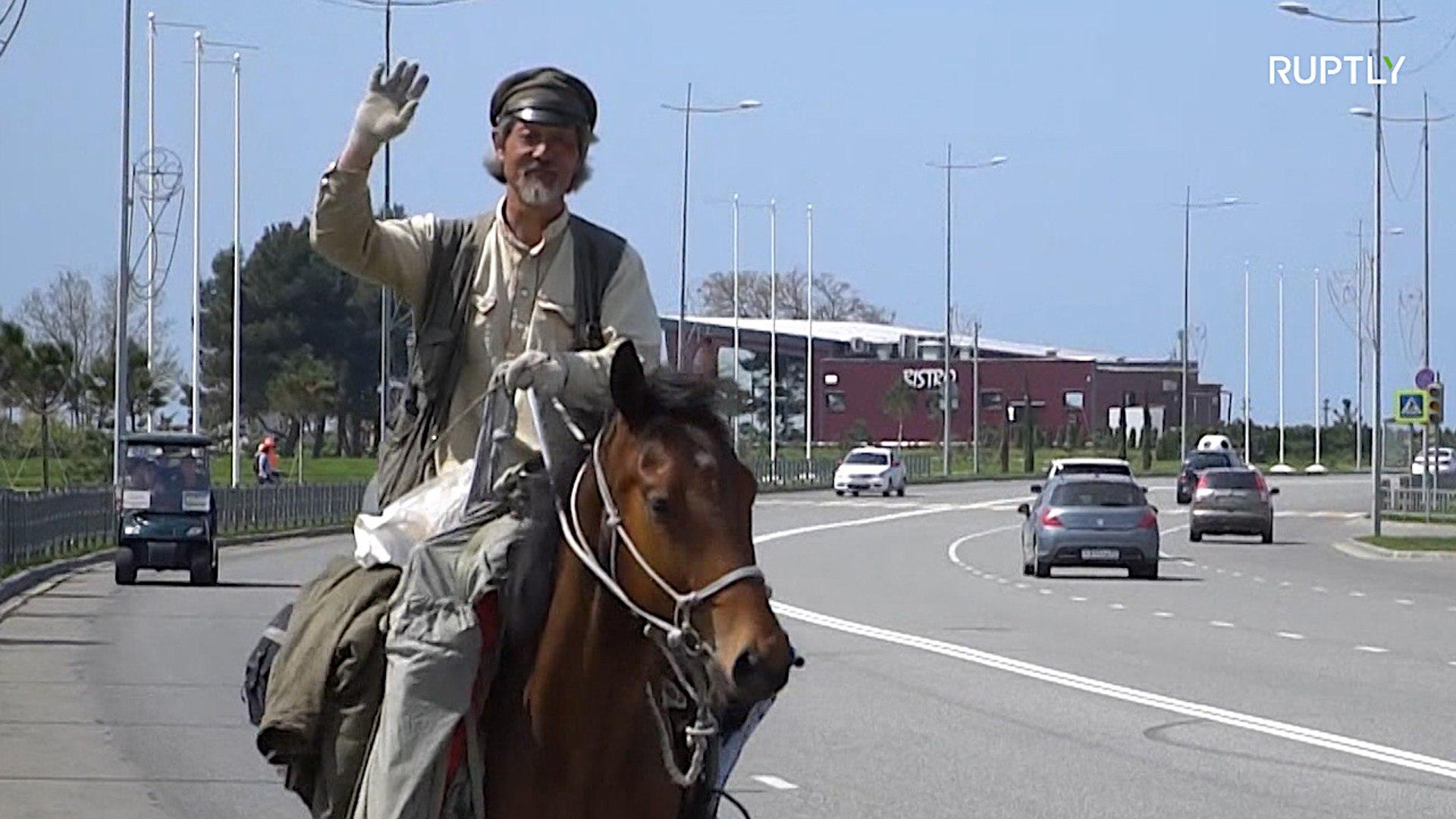 Путешественник едет по городам ЧМ-2018 на лошади