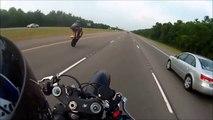 Ce motard chute en faisant une roue arrière à plus de 160kmh sur l'autoroute