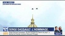 Hommage à Serge Dassault: deux rafales survolent la cour des Invalides