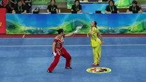Deux femmes font un duel au wushu