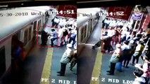 VIDEO: ट्रेन में चढ़ते वक्त नीचे गिरी महिला, RPF कांस्टेबल ने फिल्मी स्टाइल में बचाई जान