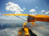 Au décollage, un hydravion frôle de peu un crocodile