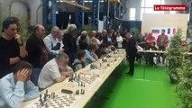 Brest. Le légendaire Karpov face à 20 joueurs d'échecs