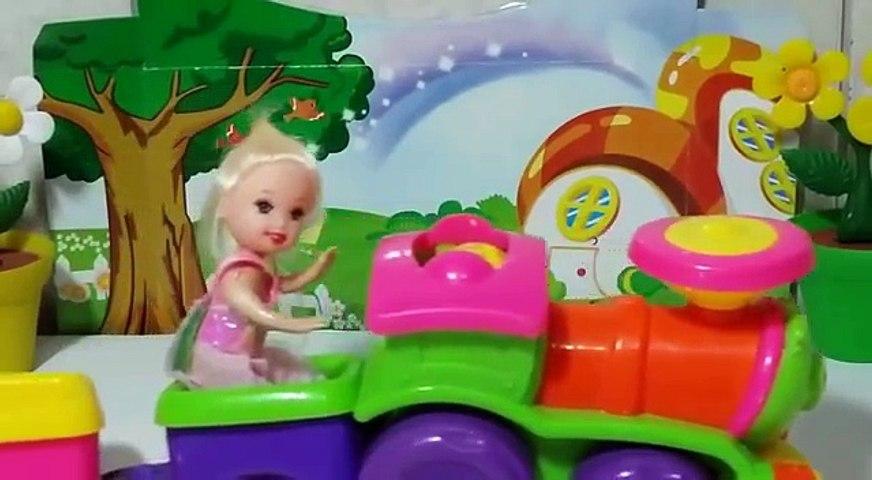 Barbie Leticia dirigi o carro da barbie e bate!! Em português