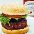 Jaka jest najlepsza metoda jedzenia burgera? Jedni zdejmują bułki z wierzchu i resztę kroją nożem na kawałki. Inni rozkładają burgera na czynniki pierwsze. Kole