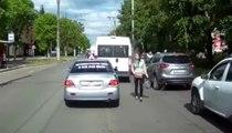 Un conducteur très relou empêche une fille de traverser !