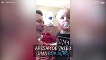 Hilário! Bebê chora quando dá chupeta para mãe