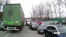 Un camion embarque une voiture en plein virage sans s'en rendre compte