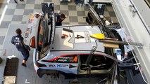 Rallye de Sardaigne : le travail des mécanos à l'assistance sur la voiture du leader A. Mikkelsen.