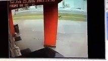 Une femme vient se cacher derrière un distributeur pour échapper à une tornade