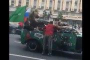 Mondial 2018 : un ours fait du vuvuzela et des bras d'honneur dans une voiture !