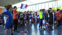 مشجعون فرنسيون يتجمعون في باريس لمتابعة مباراة منتخب بلادهم ضد استراليا