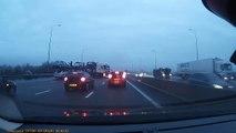 Un camion perd une voiture en plein milieu de l'autoroute