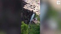 Il glisse d'une falaise et chute de plusieurs mètres.