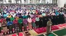 Yang Dipertua Negeri Melaka, Tun Dr Mohd Khalil Yaakob dan Ketua Menteri Melaka, Adly Zahari menunaikan solat sunat Aidilfitri di Masjid Al-Azim, Bukit Palah. -