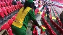 Ces supporters sénégalais et japonais nettoient les tribunes après le match... Joli geste