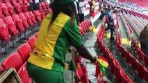 Ces fans du Sénégal nettoient le stade après le match de leur équipe en Coupe du Monde en Russie
