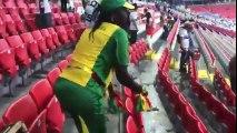 Des supporters nettoient les tribunes pendant la coupe du monde